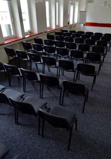 Ustawienie krzeseł na sali konferencyjnej