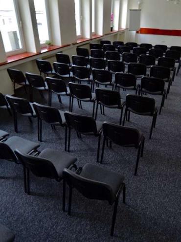 Rozstawienie krzeseł na wynajętej sali