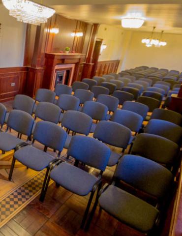 Ustawienie krzeseł na sali szkoleniowej